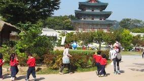 Σεούλ, Νότια Κορέα, τον Οκτώβριο του 2012: κορεατικά παιδιά παιδικών σταθμών στην εξόρμηση στο εθνικό λαϊκό μουσείο της Κορέας στ φιλμ μικρού μήκους