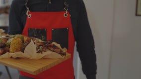 Σερβιτόρος με ένα πιάτο κρέατος σε ένα εστιατόριο απόθεμα βίντεο