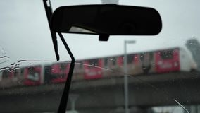 Σε αργή κίνηση της οδήγησης αυτοκινήτων την κρύα χειμερινή ημέρα χιονιού χιονοθύελλας απόθεμα βίντεο