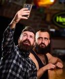 Σε απευθείας σύνδεση επικοινωνία Γενειοφόρο smartphone λαβής hipster ατόμων Λήψη selfie της έννοιας Στείλετε selfie στα κοινωνικά στοκ φωτογραφίες με δικαίωμα ελεύθερης χρήσης