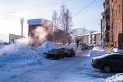 Σε μια από τις οδούς στην τακτοποίηση αστικός-τύπων Sheregesh, βουνό Shoria, Σιβηρία στοκ εικόνες με δικαίωμα ελεύθερης χρήσης