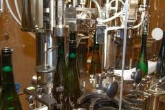 Σε μια οινοποιία το κρασί παίρνει εμφιαλωμένο αυτόματα στοκ φωτογραφίες