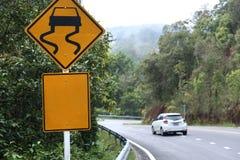 Σημάδι επιφυλακών κυκλοφορίας και οδήγηση αυτοκινήτων στοκ φωτογραφία με δικαίωμα ελεύθερης χρήσης