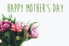 Σημάδι κειμένων ημέρας της ευτυχούς μητέρας στην όμορφη διπλή peony ανθοδέσμη τουλιπών στο βάζο στο φως Μοντέρνη floral ευχετήρια στοκ εικόνες