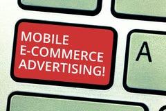 Σημάδι κειμένων που παρουσιάζει κινητή διαφήμιση ηλεκτρονικού εμπορίου Η εννοιολογική χρήση φωτογραφιών των κινητών συσκευών στο  στοκ φωτογραφία