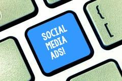 Σημάδι κειμένων που παρουσιάζει κοινωνικές αγγελίες MEDIA Εννοιολογική on-line διαφήμιση φωτογραφιών που εστιάζει στις κοινωνικές στοκ φωτογραφία με δικαίωμα ελεύθερης χρήσης