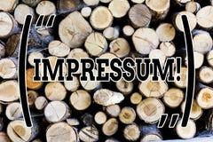 Σημάδι κειμένων που παρουσιάζει Impressum Η εννοιολογική φωτογραφία εντυπωσίασε το χαραγμένο συγγραφικό επάγγελμα ιδιοκτησίας δήλ στοκ φωτογραφία