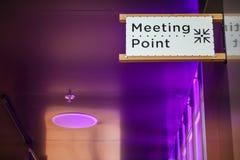 Σημάδι σημείου συνεδρίασης στον τουρίστα σε μια σύγχρονη αίθουσα, χώρος συνάντησης για τους χαμένους ανθρώπους ή ένα ασφαλές σημε στοκ φωτογραφία με δικαίωμα ελεύθερης χρήσης