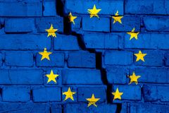 Σημαία της ΕΕ της Ευρωπαϊκής Ένωσης στο τουβλότοιχο με τη μεγάλη ρωγμή στη μέση Έννοια καταστροφής και αυτονομισμού διανυσματική απεικόνιση