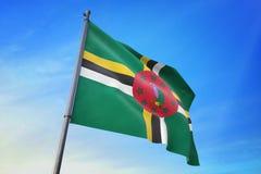 Σημαία της Δομίνικας που κυματίζει στην τρισδιάστατη απεικόνιση μπλε ουρανού ελεύθερη απεικόνιση δικαιώματος