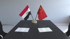 Σημαίες της Αιγύπτου και της Κίνας και έγγραφα για τον πίνακα Διαπραγματεύσεις και υπογραφή μιας διεθνούς συμφωνίας Εννοιολογικός ελεύθερη απεικόνιση δικαιώματος
