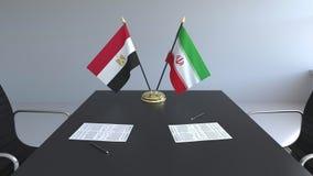Σημαίες της Αιγύπτου και του Ιράν και έγγραφα για τον πίνακα Διαπραγματεύσεις και υπογραφή μιας διεθνούς συμφωνίας Εννοιολογικός  ελεύθερη απεικόνιση δικαιώματος