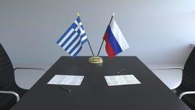 Σημαίες της Ελλάδας και της Ρωσίας και έγγραφα για τον πίνακα Διαπραγματεύσεις και υπογραφή μιας διεθνούς συμφωνίας Εννοιολογικός ελεύθερη απεικόνιση δικαιώματος