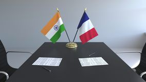 Σημαίες της Ινδίας και της Γαλλίας και έγγραφα για τον πίνακα Διαπραγματεύσεις και υπογραφή μιας διεθνούς συμφωνίας Εννοιολογικός απεικόνιση αποθεμάτων