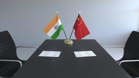 Σημαίες της Ινδίας και της Κίνας και έγγραφα για τον πίνακα Διαπραγματεύσεις και υπογραφή μιας διεθνούς συμφωνίας Εννοιολογικός τ ελεύθερη απεικόνιση δικαιώματος