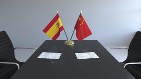 Σημαίες της Ισπανίας και της Κίνας και έγγραφα για τον πίνακα Διαπραγματεύσεις και υπογραφή μιας διεθνούς συμφωνίας Εννοιολογικός απεικόνιση αποθεμάτων