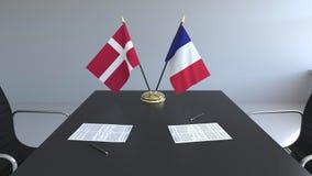 Σημαίες της Δανίας και της Γαλλίας και έγγραφα για τον πίνακα Διαπραγματεύσεις και υπογραφή μιας διεθνούς συμφωνίας Εννοιολογικός ελεύθερη απεικόνιση δικαιώματος