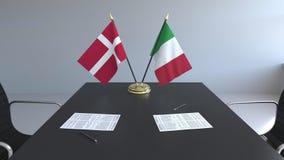 Σημαίες της Δανίας και της Ιταλίας και έγγραφα για τον πίνακα Διαπραγματεύσεις και υπογραφή μιας διεθνούς συμφωνίας Εννοιολογικός ελεύθερη απεικόνιση δικαιώματος