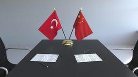 Σημαίες της Τουρκίας και της Κίνας και έγγραφα για τον πίνακα Διαπραγματεύσεις και υπογραφή μιας διεθνούς συμφωνίας Εννοιολογικός ελεύθερη απεικόνιση δικαιώματος