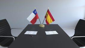 Σημαίες της Χιλής και της Ισπανίας και έγγραφα για τον πίνακα Διαπραγματεύσεις και υπογραφή μιας διεθνούς συμφωνίας Εννοιολογικός απεικόνιση αποθεμάτων