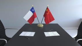 Σημαίες της Χιλής και της Κίνας και έγγραφα για τον πίνακα Διαπραγματεύσεις και υπογραφή μιας διεθνούς συμφωνίας Εννοιολογικός τρ απεικόνιση αποθεμάτων