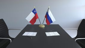 Σημαίες της Χιλής και της Ρωσίας και έγγραφα για τον πίνακα Διαπραγματεύσεις και υπογραφή μιας διεθνούς συμφωνίας Εννοιολογικός τ απεικόνιση αποθεμάτων