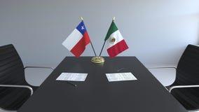 Σημαίες της Χιλής και του Μεξικού και έγγραφα για τον πίνακα Διαπραγματεύσεις και υπογραφή μιας διεθνούς συμφωνίας Εννοιολογικός  ελεύθερη απεικόνιση δικαιώματος