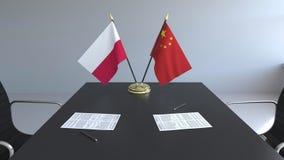 Σημαίες της Πολωνίας και της Κίνας και έγγραφα για τον πίνακα Διαπραγματεύσεις και υπογραφή μιας διεθνούς συμφωνίας Εννοιολογικός ελεύθερη απεικόνιση δικαιώματος