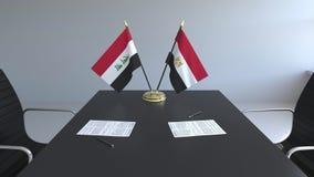 Σημαίες του Ιράκ και της Αιγύπτου και έγγραφα για τον πίνακα Διαπραγματεύσεις και υπογραφή μιας διεθνούς συμφωνίας Εννοιολογικός  ελεύθερη απεικόνιση δικαιώματος