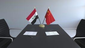 Σημαίες του Ιράκ και της Κίνας και έγγραφα για τον πίνακα Διαπραγματεύσεις και υπογραφή μιας διεθνούς συμφωνίας Εννοιολογικός τρι διανυσματική απεικόνιση