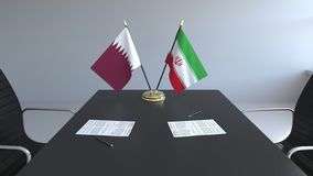 Σημαίες του Κατάρ και του Ιράν και έγγραφα για τον πίνακα Διαπραγματεύσεις και υπογραφή μιας διεθνούς συμφωνίας Εννοιολογικός τρι ελεύθερη απεικόνιση δικαιώματος