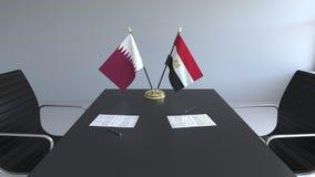 Σημαίες του Κατάρ και της Αιγύπτου και έγγραφα για τον πίνακα Διαπραγματεύσεις και υπογραφή μιας διεθνούς συμφωνίας Εννοιολογικός διανυσματική απεικόνιση