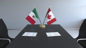 Σημαίες του Μεξικού και του Καναδά και έγγραφα για τον πίνακα Διαπραγματεύσεις και υπογραφή μιας διεθνούς συμφωνίας Εννοιολογικός απεικόνιση αποθεμάτων