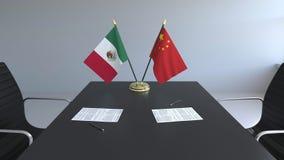 Σημαίες του Μεξικού και της Κίνας και έγγραφα για τον πίνακα Διαπραγματεύσεις και υπογραφή μιας διεθνούς συμφωνίας Εννοιολογικός  ελεύθερη απεικόνιση δικαιώματος