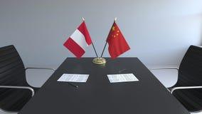 Σημαίες του Περού και της Κίνας και έγγραφα για τον πίνακα Διαπραγματεύσεις και υπογραφή μιας διεθνούς συμφωνίας Εννοιολογικός τρ απεικόνιση αποθεμάτων