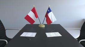Σημαίες του Περού και της Χιλής και έγγραφα για τον πίνακα Διαπραγματεύσεις και υπογραφή μιας διεθνούς συμφωνίας Εννοιολογικός τρ ελεύθερη απεικόνιση δικαιώματος