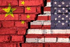 Σημαίες των Ηνωμένων Πολιτειών και της Κίνας στο τουβλότοιχο με μεγάλη ρωγμή στη μέση Σύμβολο των προβλημάτων μεταξύ των χωρών διανυσματική απεικόνιση