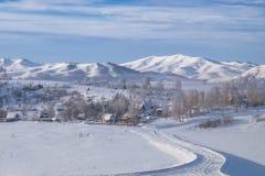 Σιβηρικό χωριό στα βουνά το χειμώνα στοκ φωτογραφίες με δικαίωμα ελεύθερης χρήσης