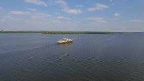 Σκάφος αναψυχής στον ποταμό Dnieper απόθεμα βίντεο