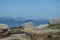 Σκάφος βυτιοφόρων που πλοηγεί την εκβολή μπροστά από το φάρο σημείου αλόγων στο νησί Αρόζας Φύση, αρχιτεκτονική, ιστορία, ταξίδι στοκ εικόνες με δικαίωμα ελεύθερης χρήσης