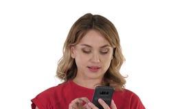 Σκέψη αρκετά ξανθός στέλνοντας ένα κείμενο στο τηλέφωνό της στο άσπρο υπόβαθρο απόθεμα βίντεο