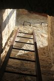 Σκαλοπάτια από ένα σκοτεινό μπουντρούμι στο φρούριο πειρατών του omisha Κροατία στοκ εικόνες