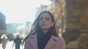 Σκεπτική κυρία που περπατά στην αρχαία πόλη στο κέντρο της πόλης, θυσμένος τους χρόνους παιδικής ηλικίας απόθεμα βίντεο