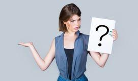 σκεπτόμενη γυναίκα Ερώτηση κοριτσιών Να πάρει τις απαντήσεις, σκέψη Ερωτηματικό, σύμβολο Έννοια - προκλητικό ζήτημα, κοίταγμα στοκ φωτογραφία με δικαίωμα ελεύθερης χρήσης