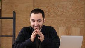 Σκεπτόμενο άτομο στο γραφείο που φαίνεται κεκλεισμένων των θυρών απόθεμα βίντεο
