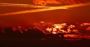 Σκηνή ηλιοβασιλέματος με την πτώση ήλιων πίσω από τα σύννεφα και απόθεμα βίντεο