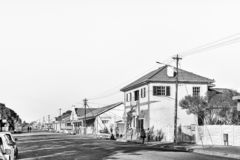 Σκηνή οδών, με τις επιχειρήσεις, οχήματα και άνθρωποι, σε Brandfort μονοχρωματικός στοκ φωτογραφίες με δικαίωμα ελεύθερης χρήσης
