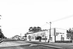 Σκηνή οδών, με το οίκημα και την τράπεζα, σε Brandfort μονοχρωματικός στοκ εικόνες με δικαίωμα ελεύθερης χρήσης