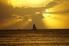 Σκιαγραφία γιοτ στο ηλιοβασίλεμα στοκ εικόνες