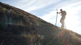 Σκιαγραφία του stiltwalker που κάνει το αρχείο στο βουνό απόθεμα βίντεο